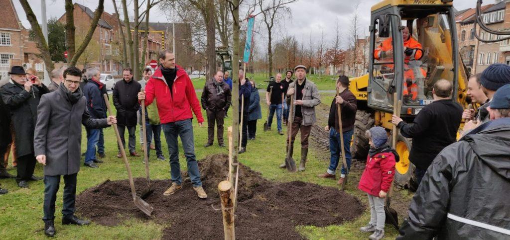 De burgemeester plant de eerste boom
