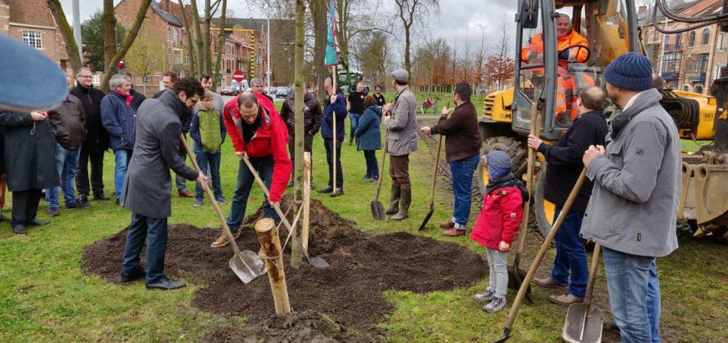 De burgemeester plant de eerste boom van het meyboombos