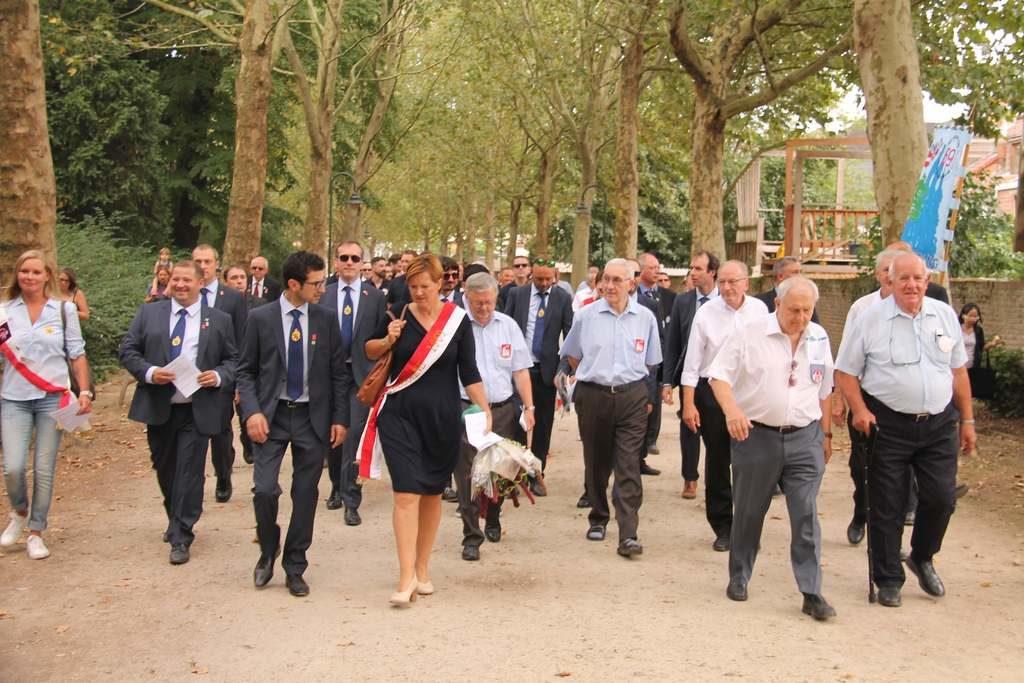 De burgemeester is ook bij de mannen van het jaar Abraham en kamerood sestig viering